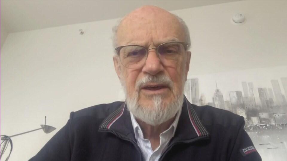 Un homme âgé en entrevue à la caméra.