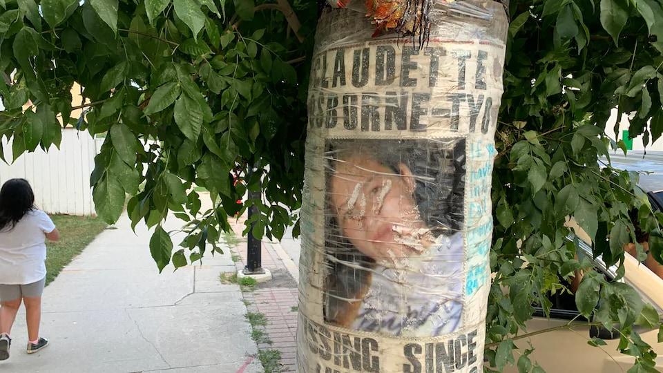 Une affiche un peu abimée où on voit une photo de Claudette Osborne-Tyo, son nom et la mention du fait qu'elle est portée disparue depuis le 25 juillet 2008.