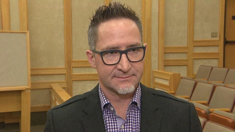 Clay Sparks parle en entrevue.