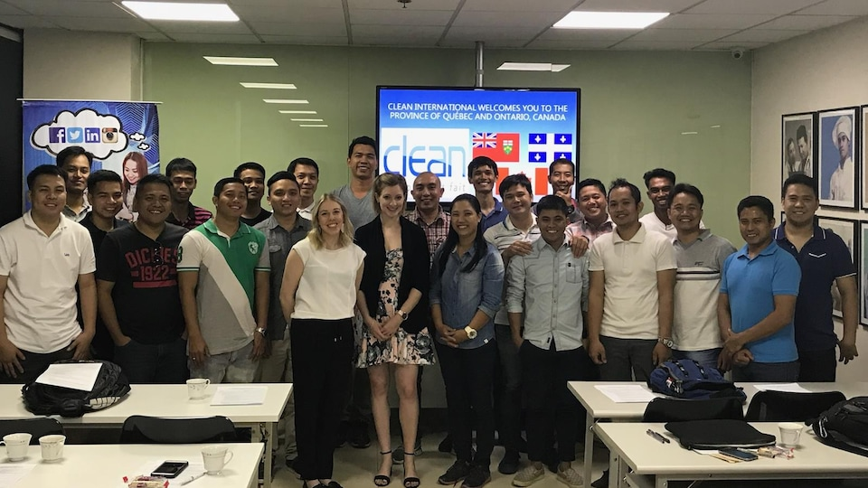 Les travailleurs philippins de Clean International lors d'une mission de recrutement à Manille