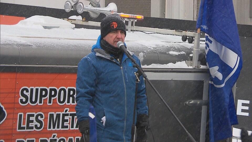 Clément Masse au micro l'hiver