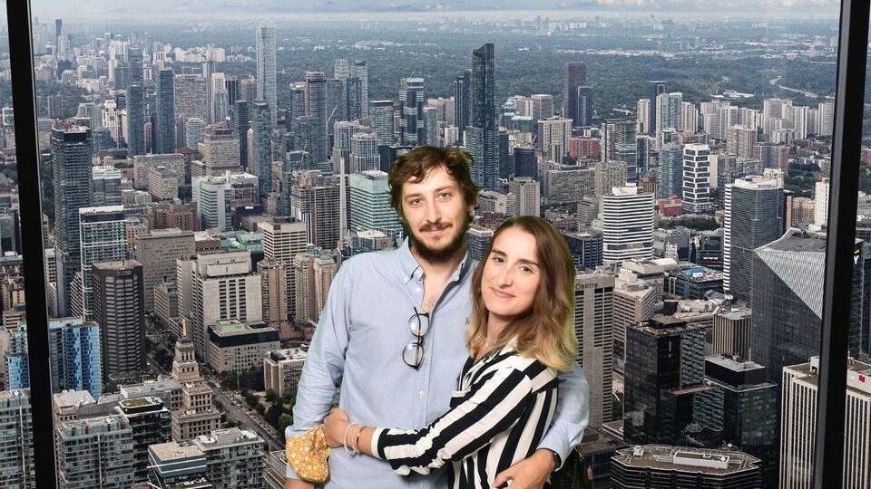 Clément Roy et Angelina Ferreira dominant les immeubles de Toronto, en arrière plan.