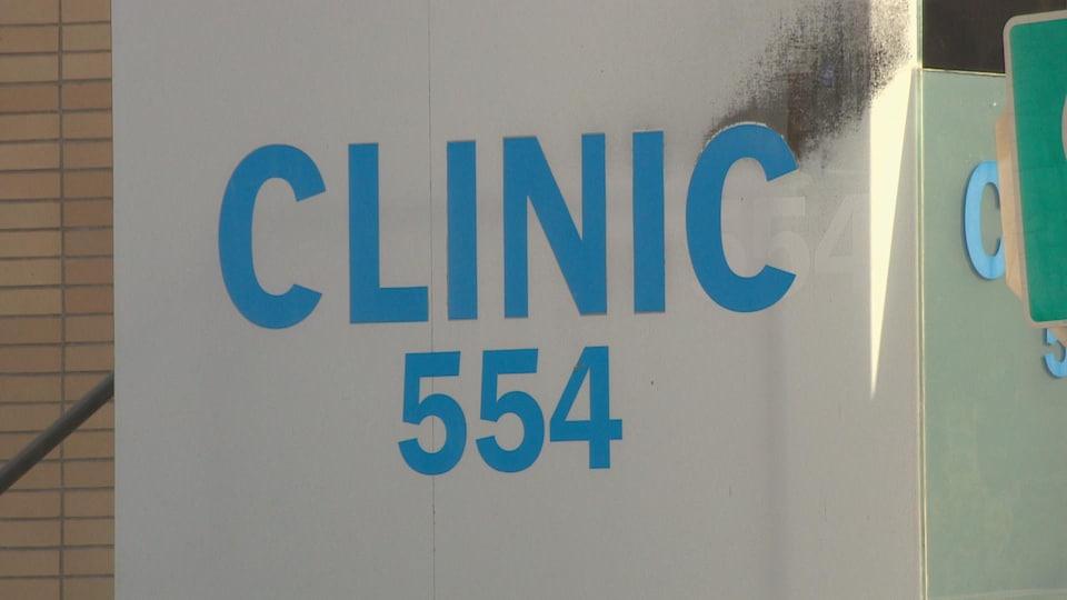 Enseigne de la clinique.