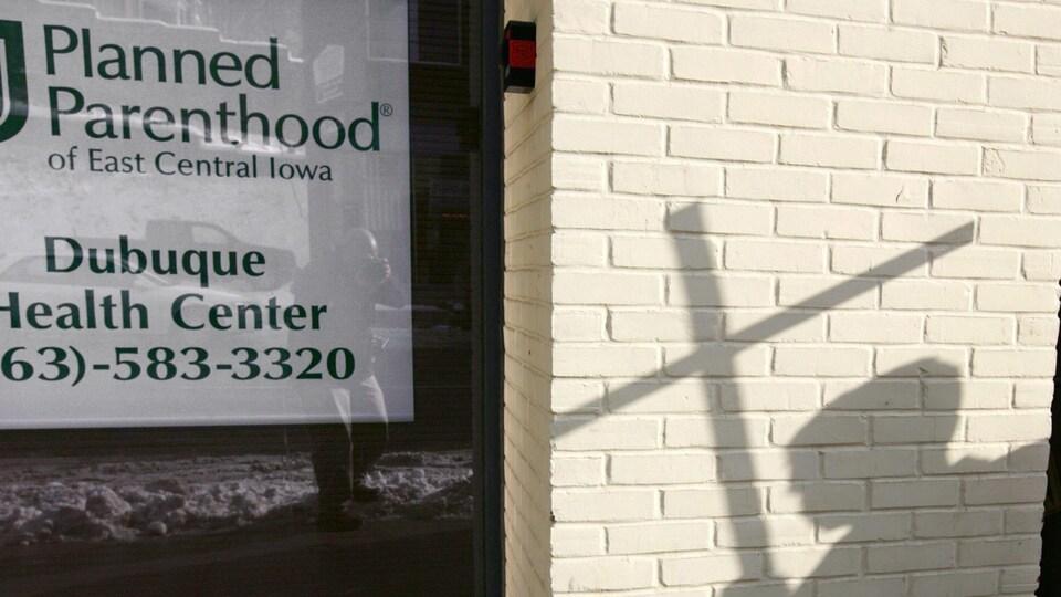 L'ombre d'un manifestant pro-vie, projetée sur le mur d'une clinique de planification des naissances à Dubuque, en Iowa, le 22 janvier 2009.