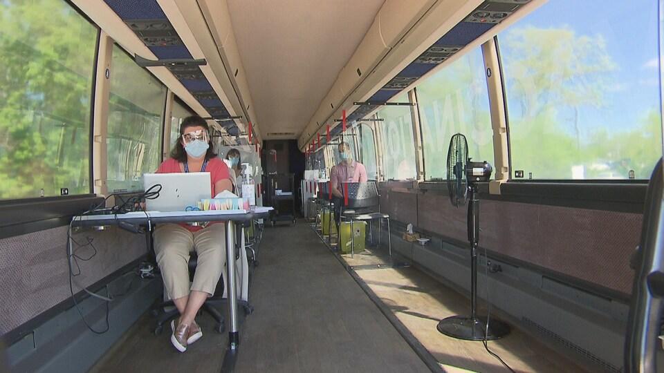 Des gens assis dans l'autobus.