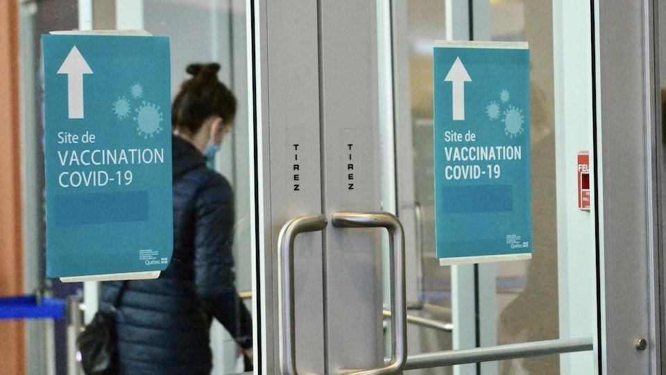 L'entrée d'un site de vaccination contre la COVID-19 à Montréal.