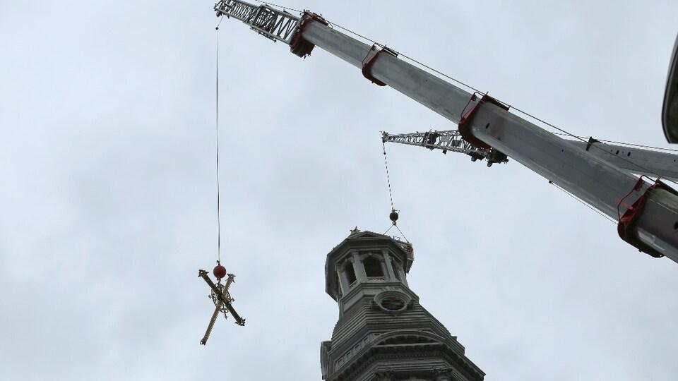 Le clocher de l'église Saint-Sauveur démonté