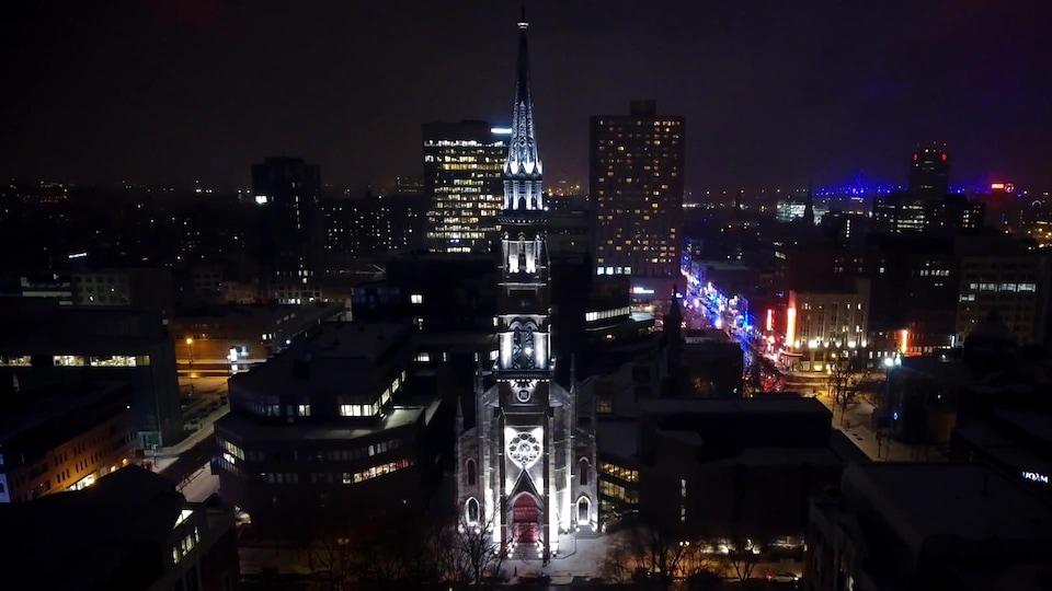 Le clocher de l'ancienne église Saint-Jacques, qui se trouve à l'UQAM, baigne dans la lumière.