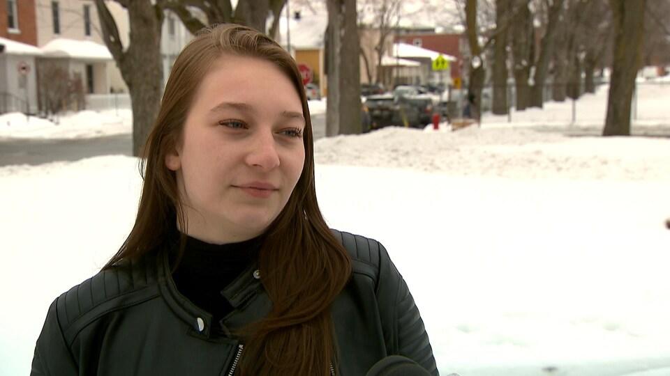 Cloey Lachance en entrevue à Radio-Canada à l'extérieur, en hiver