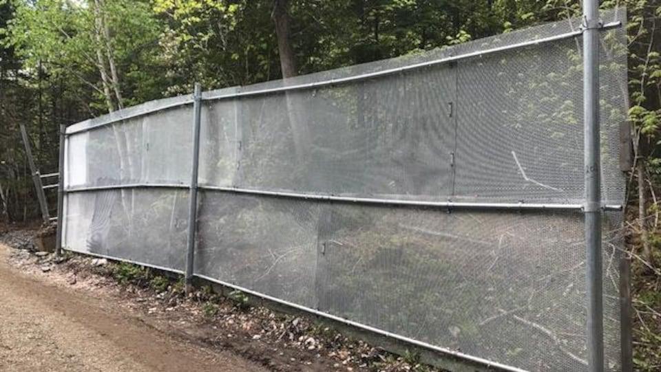 Un bout de clôture du périmètre de sécurité qui entourait le Manoir Richelieu lors du G7 de 2018