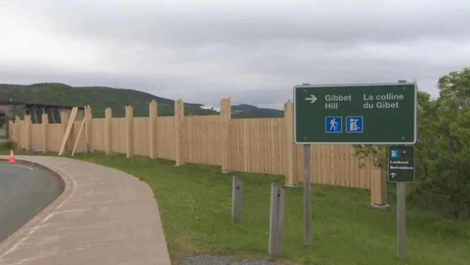 Photo d'une section de la clôture en boisé.