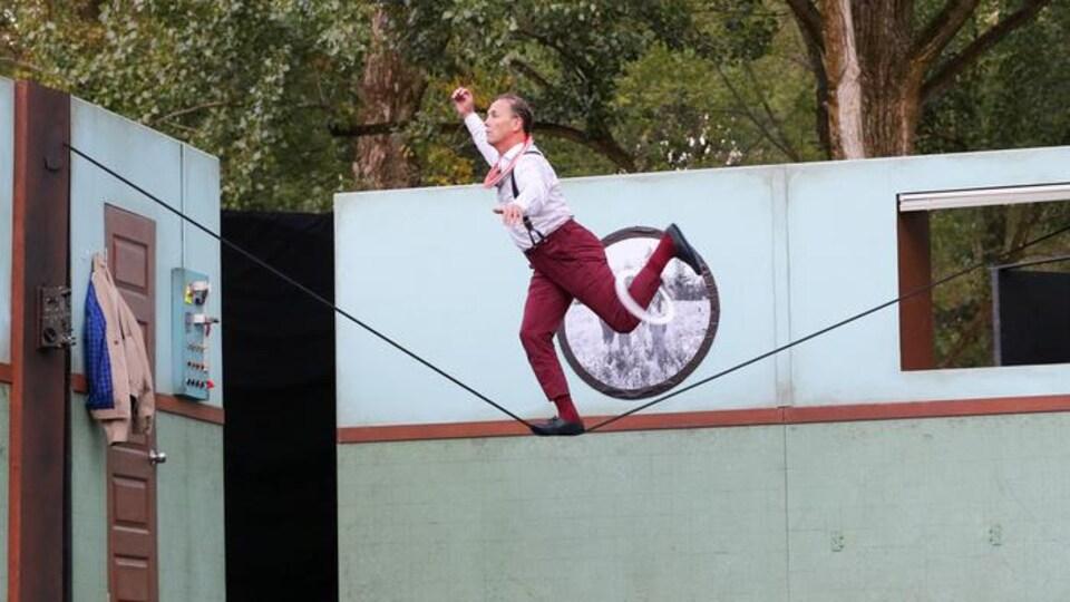 Le clown et acrobate Jamie Adkins
