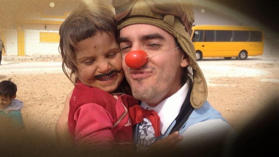 Armé de son nez rouge et de sa bonne humeur, Guillaume Vermette un clown québécois, tente de redonner espoir à des enfants syriens, témoins des horreurs de la guerre.