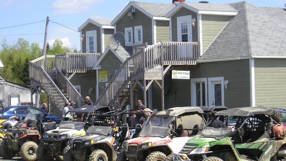 Des quads stationnés devant le bâtiment principal du Club
