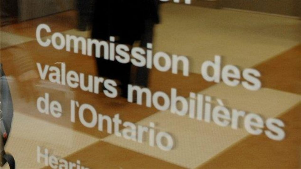 Une vitrine sur laquelle on peut lire : Commission des valeurs mobilières de l'Ontario.