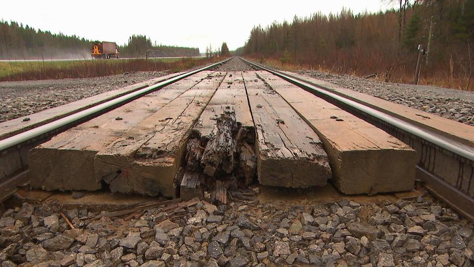 Du bois sur un chemin de fer.
