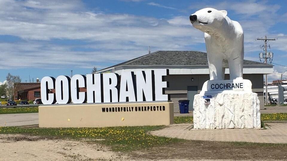 Les lettres géantes et la sculpture de l'ours polaire de Cochrane