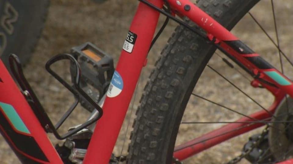 Un code d'inscription collé sur vélo
