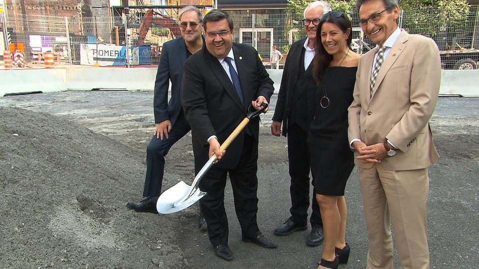 Le maire de Montréal, Denis Coderre, procède à la première pelletée de terre de la future esplanade Clark dans le Quartier des spectacles.