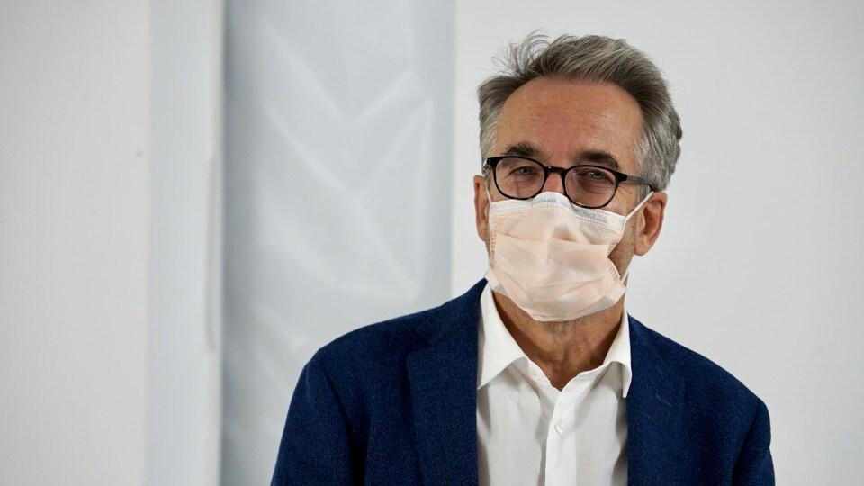 Portrait du Dr Matthias Friedrich portant un masque.