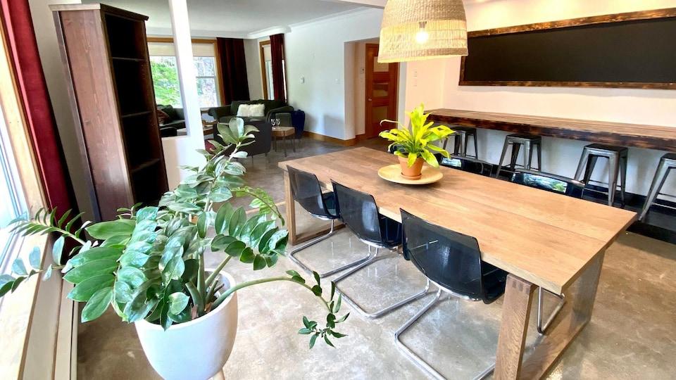 L'intérieur d'une maison avec une grande table en bois