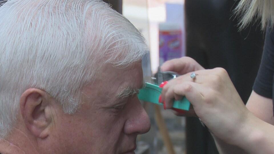 Un homme se fait couper les cheveux dans un salon de Charlottetown.