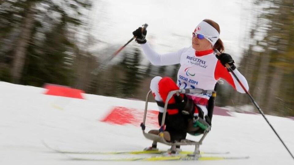Colette Bourgonje lors d'une compétition paralympique de ski assis.