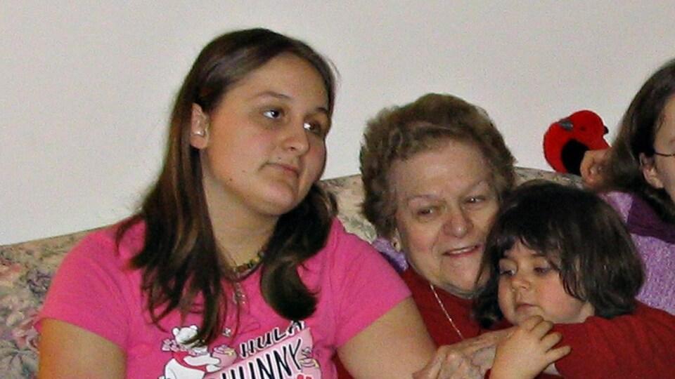 Une grand-maman entourée de ses petits-enfants.