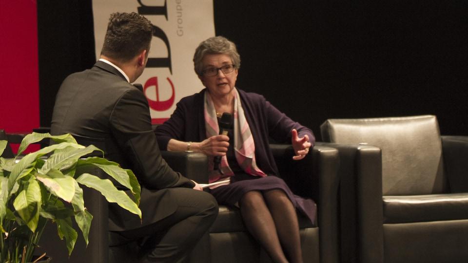 Assise au centre de l'image, Colette Trent, l'ancienne présidente de l'organisme Accueil parrainage Outaouais.