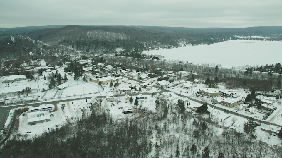 Survol en drone du village d'Eastman dans les Cantons de l'Est.