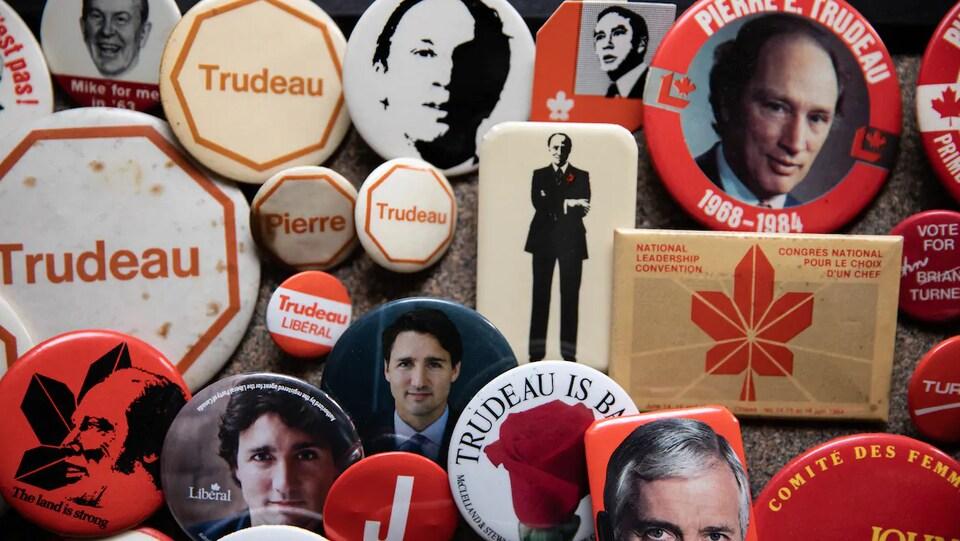 Des macarons aux couleurs du Parti libéral du Canada associés à Pierre Elliot trudeau ou Justin Trudeau.
