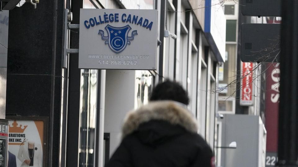 Enseigne du Collège Canada.