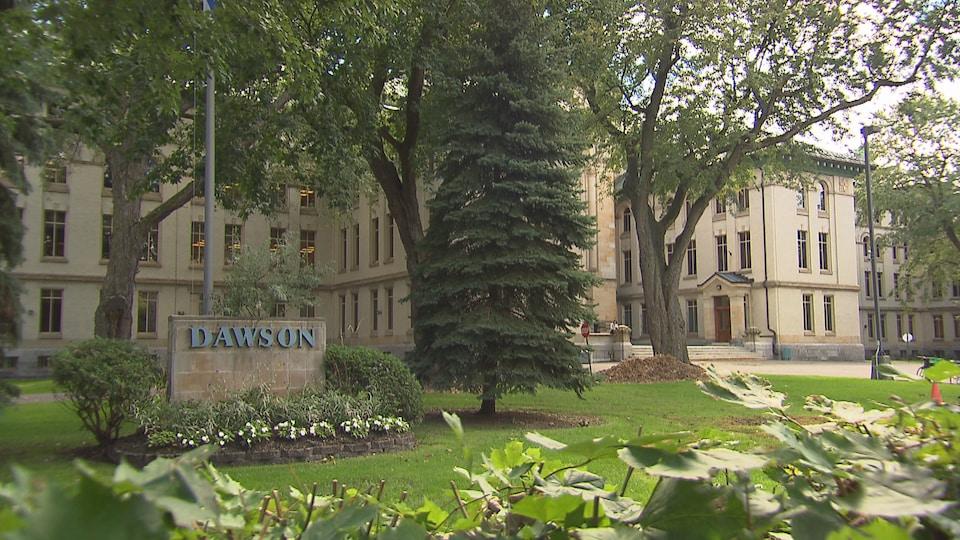 La façade du Collège Dawson.