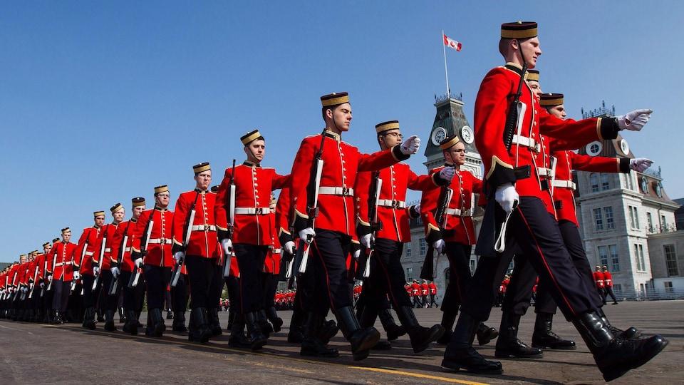 Des soldats défilent sur le carré de parade du Collège militaire royal du Canada.