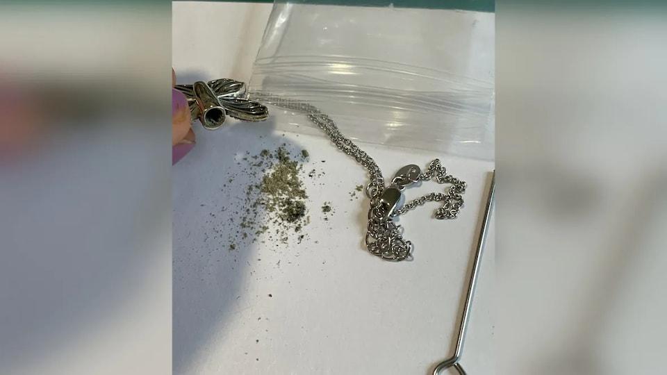 Un collier contenant des cendres.