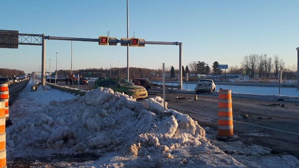 Sur une autoroute, des véhicules sérieusement endommagés par une collision.