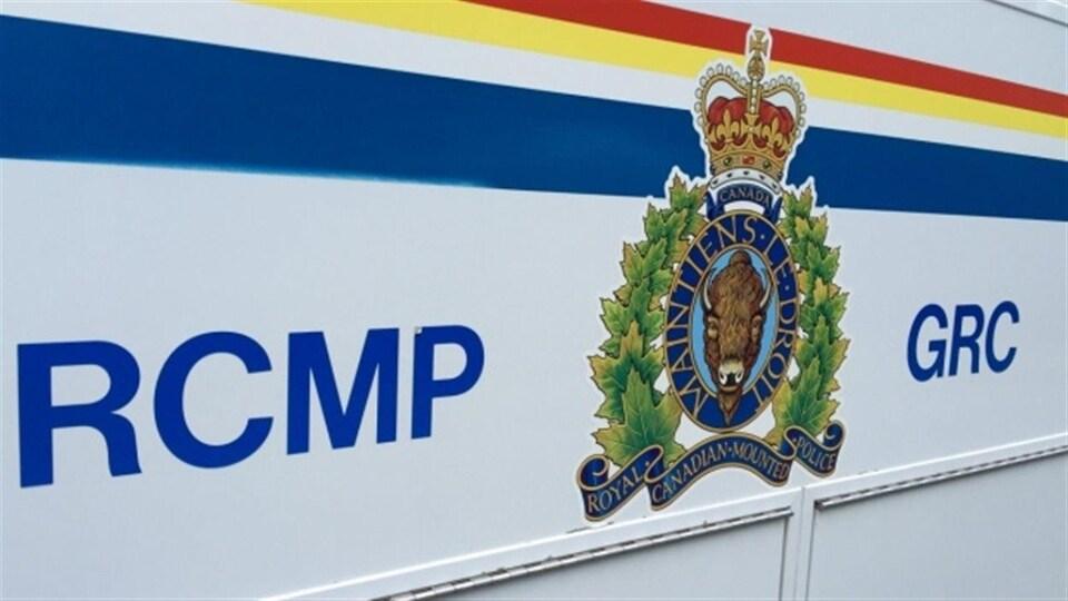 Le logo de la Gendarmerie royale du Canada sur un véhicule.