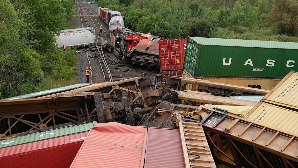 Des wagons de trains renversés à la suite d'une collision.