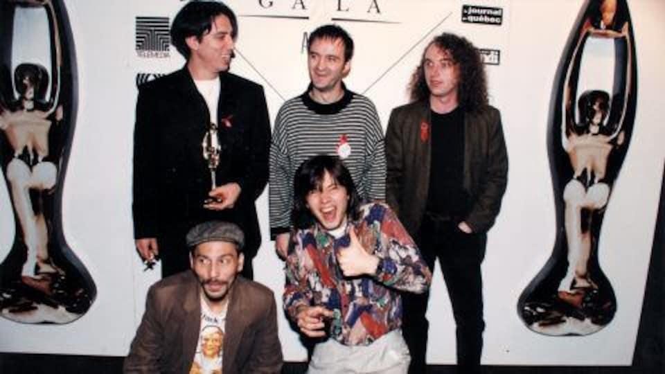 Le groupe pose dans la salle de presse.