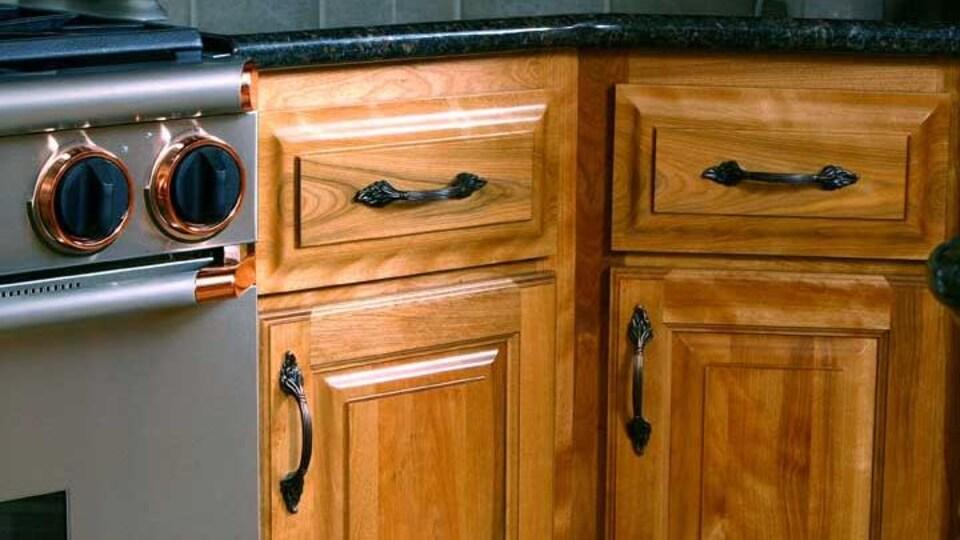 Des armoires de cuisine en bois.