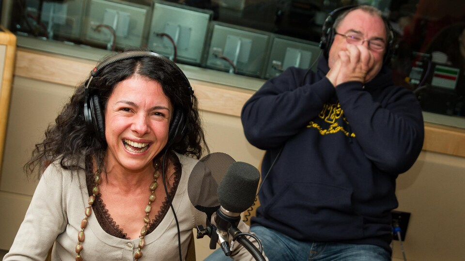 En studio, les panélistes Nabila Ben Youssef et Gildor Roy qui pouffent de rire.