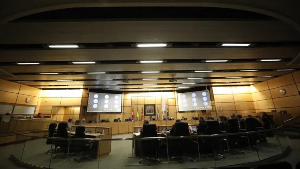 Les membres du comité exécutif de Regina siègent en assemblée dans la salle de réunion.
