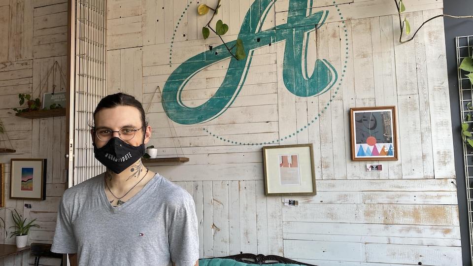 Un homme portant un masque dans un restaurant.