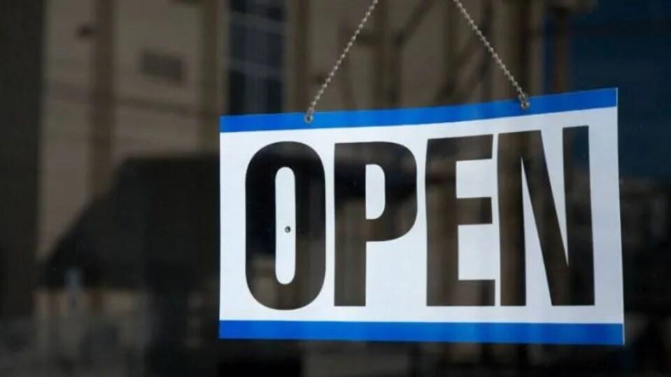Une pancarte qui montre qu'un commerce est ouvert.