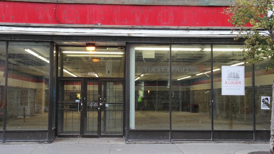 Une devanture vide avec une affiche «à lourer» coller sur la vitrine.