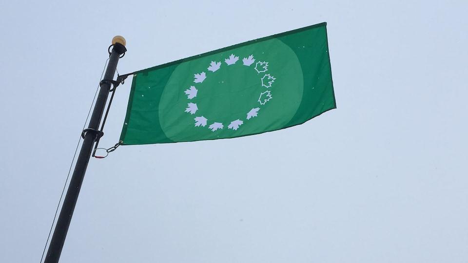 Le drapeau vert et étoilé de la CCN