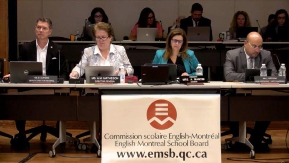 Quatre commissaires sont assis pendant la rencontre de mercredi soir.