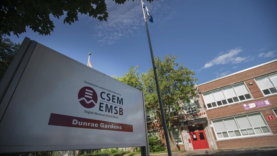 Une affiche devant un bâtiment indique qu'il s'agit de la Commission scolaire English-Montréal.