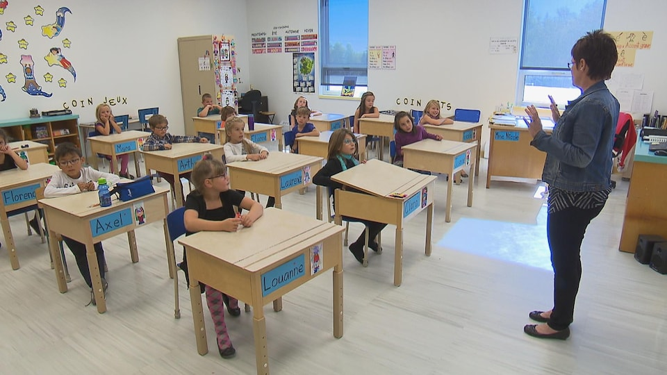 Une enseignante dans une classe de primaire