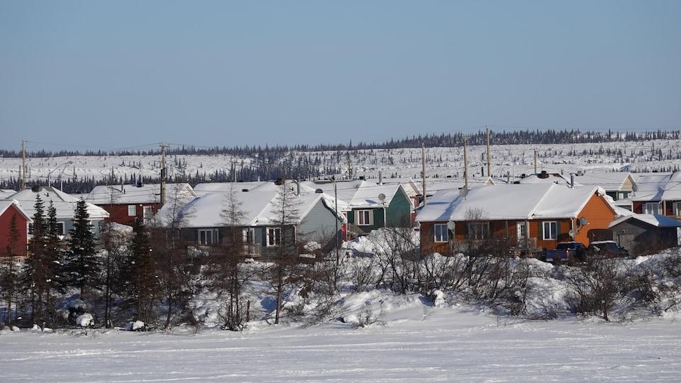 Des maisons sous la neige